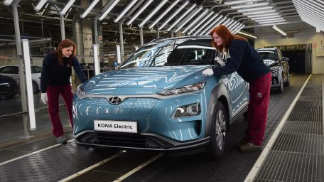 Hyundai: Τριπλασιάζει την παραγωγή του Kona