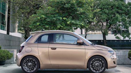 """Διπλό «χτύπημα» από το νέο ηλεκτρικό Fiat 500 και στα βραβεία του """"What Car?"""""""