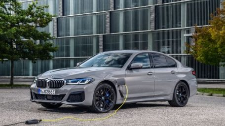 BMW iX , BMW i 4 και BMW iX 3 υποστηρίζουν την επέλαση της ηλεκτροκίνησης